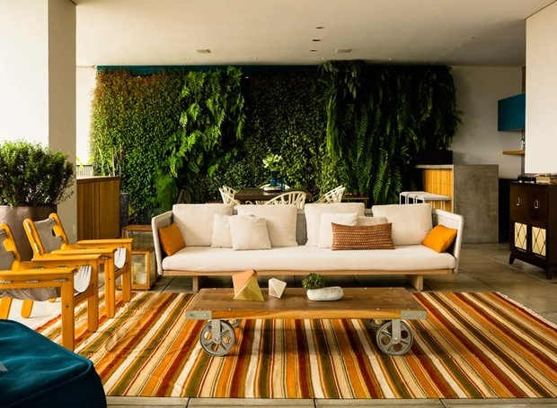 sala-de-estar-sofa-poltrona-jardim-vertical-mesa-de-centro-tapete